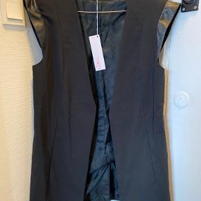 Fed blazer vest i bomuld/polyester  Aldrig brugt  Længde: 72cm  Bytter ikke