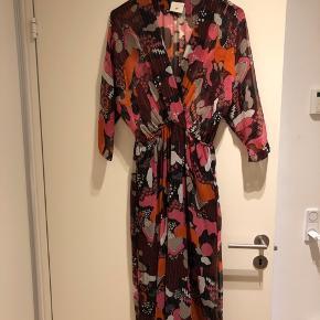 Smuk kjole, jeg desværre kun har fået brugt to gange. Fremstår derfor som ny.  Søg på Heartmade Hika dress for flere billeder af modellen.