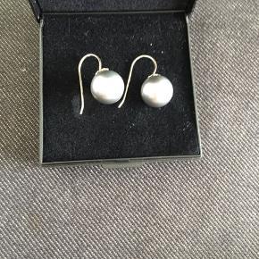 """Store perle øreringe med grå sten. De er aldrig brugt men sølvet er blevet lidt """"misfarvet"""" - det kan pudses."""