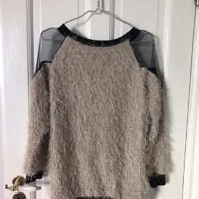 Virkelig fin bluse med mesh detaljer og dyb ryg.