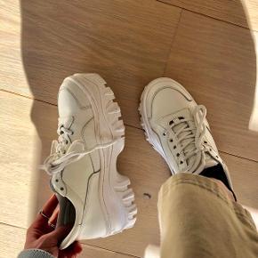 Hvide Jaxstar sneakers fra BRONX. Fed chunky sneaker der passer til hvad som helst.  Str. 37  Fejler intet, brugt få gange. Sælges da de er for små.