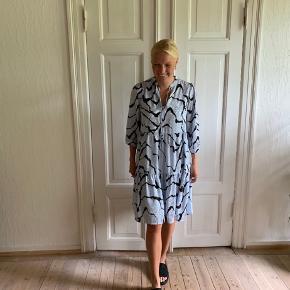 Sælger denne kjole fra gestuz, købt sidste år. Fejler ingenting. Kom gerne med bud :)