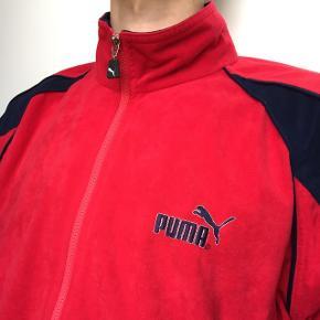 Rød vintage Puma sportsjakke i fleece agtigt materiale  I god stand