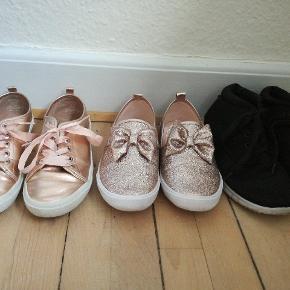 Metallic sko: str 36 fra H&M Glimmer sko: str 36 fra H&M Sorte sko: str 37, men kan passes af 36. Fra New look  Alle er i god stand og kun brugt få gange. Dog lidt støvet af opbevaring.  40kr per styk, køb alle par for 100