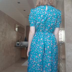 Smuk vintage kjole der er syet i hånden. Den er elastisk i livet så den vil sagtens kunne passe større end en S😊  Jeg kan sende flere billeder, hvis det er nødvendigt ☺️ Selv er jeg S/M og 172 cm