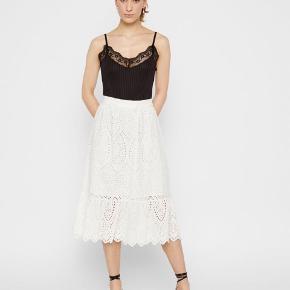Yas nederdel med fine detaljer.  Søgeord: student, konfirmation, sommer, fødselsdag