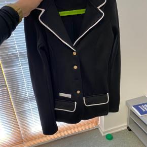 Fin stævne jakke fra spooks i str xxs.  Mangler tredje nederste knap derfor sælges den billigt