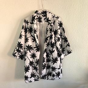 Sælger denne ubrugte jakke / trenchcoat fra Glamorous - str. M. Sendes på købers regning.   Søgeord: Monki, Envii, Weekday, Mads Nørgaard, Becksøndergaard, Vila, sommer, palmer, sommerjakke, forårsjakke, oversize