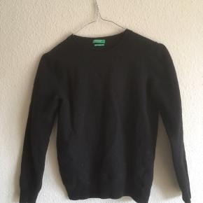 Varen blev købt som en M, men er desværre blevet skrumpet i tørretumbleren. Jeg har haft den på en håndfuld gange. Sweateren er lavet af 100% italiensk uld.