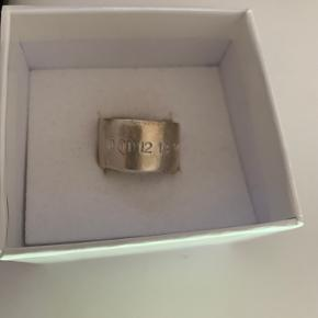 Fin ring - kun været i brug 4-5 gange  Målt til str 58 v/ guldsmed  Original kvittering haves - købt i Maison Margiela i Rom