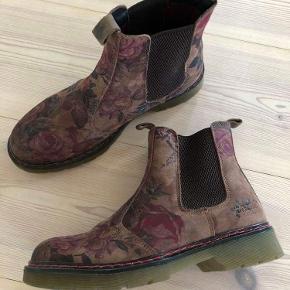 Fine svagt blomstrede støvler fra Buklboxer. De har været brugt få gange. Er ellers som nye.
