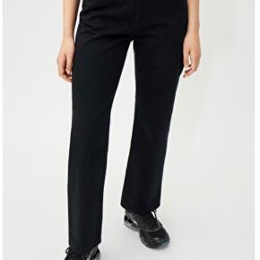 Rowe jeans i helt sort fra weekday i str. 28/30 sælges. Kun brugt få gange. Køber betaler fragt ☀️