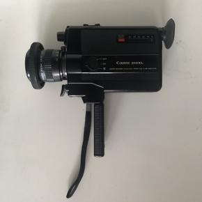Canon 310xl Super 8 Kamera 8mm  Med medfølgende original lædertaske   Kameraet er nok omkring de 30-40 år gammelt, men er den dag i dag stadig et super populært kamera, som på Ebay bliver solgt for helt op til mellem 1500-2500kr   Jeg har testet kameraet ved at putte 2 nye AA-batterier i, og så vidt jeg kan vurdere, virker det, som det skal. Når der trykkes på filmudløseren, kører kameraet i hvert fald. Batteriviseren er jeg ikke helt sikker på virker, og det samme gælder den automatiske zoom, men der er dog manuel zoom på linsen, som virker helt fint! Det er alt sammen ting, som meget gerne skulle kunne fikses af de fleste kamerahandlere. (Derfor den lave pris)  Jeg har ikke prøvet at bruge film, men antager at alt gerne stadig skulle fungere ift. optagelse, da jeg kun har brugt det, da jeg købte det i 2014. Det har været opbevaret i tasken siden.  Et super fedt kamera i den helt perfekte 80'er æstetik og bestemt også et must have for film-elskere 🎥🎞