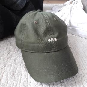 Wood wood - low profile Dark green cap. Er brugt et par gange, så er så god som ny.  Der skal ryddes lidt op i alting, så sælger ud af nogle af tingene.  NP: 300,-