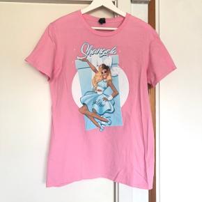 Shangela t-shirt fra Drag Queen Merch. Brugt en enkelt gang, fremstår som ny.  Kan afhentes i Fredensborg, eller sendes mod betaling af porto.