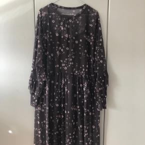 Kjole fra H&M trend. Brugt få gange :)
