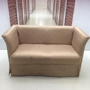 Nyombetrukket Londonsofa i smukt, gyldent møbelstof sælges
