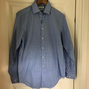 Flot skjorte brugt en gang så fremstår som ny