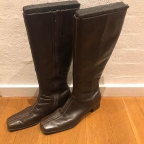 Varetype: Langskaftede støvler  Farve: Brun Oprindelig købspris: 1699 kr.  Lækker skind støvler .  Næsten som nye  Men har lidt ridser i skindet