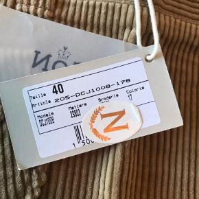 Sælger denne søde nederdel fra kendte Donaldson i str 40 :-) Har aldrig været brugt og tags/pris sidder stadig på :-) Nypris 1049