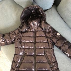 Flot Moncler jakke model Bady str 0. Kun brugt 1 måned. Kvittering haves. Nypris 7200 kr.