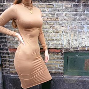 Flot stram brun kjole. Kjolen er højhalset med lange ærmer og ned til knæene. Stoffet er elastisk og super blødt og rart at have på.  Jeg sælger kjolen da jeg desværre ikke får den brugt trods hvor rar og flot den er.  #trendsalesfund