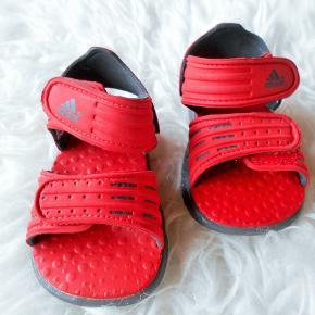 Badesko, str. 20, Adidas, unisex Flotte som ny Adidas sandaler med velcro lukning, nemme at få af og på. Røde Kun brugt meget få gange. Mål betegnelsen på sandalerne er France 20, UK 4K. Indvendig mål 12½ cm. Porto som forsikret pakke med DAO uden omdeling  , fremme på 2-3 dage Har mobil pay