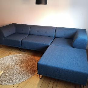 Den populære Flokk sofa fra Formel A i en flot mørkeblå farve. Sofaen består af 4 moduler hvoraf den ene er en chaiselong, der kan monteres i begge ender af sofaen. Sofaen er ca. 1 år gammel og er i rigtig god stand.  Hvert modul måler 90x90 cm og sofaen har dermed en længde på 270 cm.  Nypris: 18.900 kr
