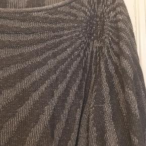 flot bluse, strik fra Won Hundred str. small. Grå og sølv i flot solmønster. Cropped striktrøje. Længde 50cm.  100kr Kan hentes Kbh V eller sendes for 40kr DAO