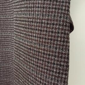 Flot oversize tunika i det eksklusive italienske mærke Dusan  i super kvalitet. Kan passe op til str. 40. Tunikaen er småternet i naturfarverne sort, brun og beige.  Mål: længde 8o cm. (fra nakke)         vidde 120 cm. (over barm)