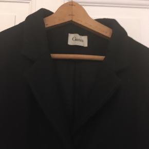 flot sort uldfrakke fra Ganni, med 7/8 ærmer. Næsten ikke brugt. str. medium. 500kr Kan hentes Kbh V eller sendes for 38kr DAO