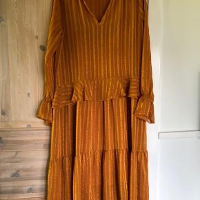 Smuk kjole fra Second Female. Kun brugt få gange. Længde 100 cm, mål henover bryst ca 50 cm (nypris 1200kr)