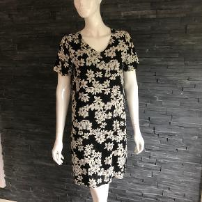 Super lækker kjole brugt en enkelt gang  Bryst 102 cm  Længde 93 cm