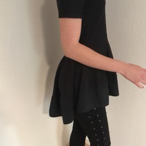 Elegant sort bluse-kjole fra COS str. XS. Kun brugt få gange, så fin som ny. Se også mine andre spændende annoncer, da jeg bl.a. sælger ud af klædeskabet ☀️🌸🌿