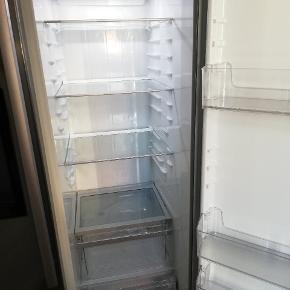Super fint køleskab. Købt i 2016 for 4499kr med 10 års garanti. Brugsanvisning følger med. Det skal bæres ned fra 4. sal, jeg hjælper gerne.