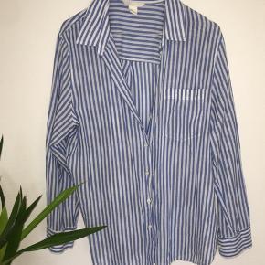 Skjorte fra H&M, brugt et par gange, men uden pletter eller skade, Str. 42  Skriv for billeder med den på.  Np: ? Mp: BYD   Fragt betales af køberen på omkring de 40kr