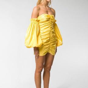 """Rotate Birger Christensen """"Phoebe"""" kjole i gul.  Farven er som på de to første billeder. For flere billeder kan man søge efter modellen.  True to size.  Brug """"Køb nu"""".   Prisen er fast og jeg bytter ikke. Spørgsmål besvares som udgangspunkt ikke."""