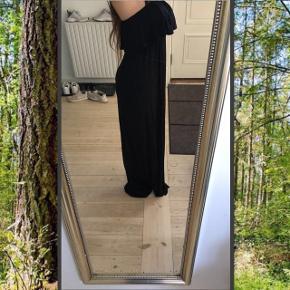 Sort stropløs kjole. Stropperne på billedet er fra bh'en  Aldrig brugt.  Der står str. xs, men passer også s/m   Kan hentes på Frederiksberg :-)