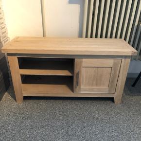 Lille tv møbel - som nyt- fejler intet- ståens Esbjerg og sendes ikke - H:55 B:42 L:110