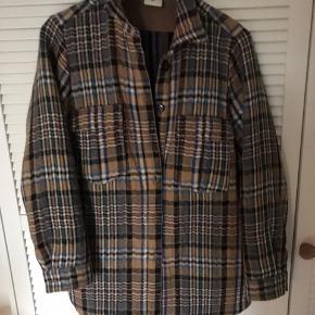 Populær stor skjorte/jakke fra Heartmade, i camel med blålige tern. Skjorten er oversized og derfor stor i str. knappes foran, har to brystlommen og lommer i side sømmene. Nypris 4999,-  Bytter ikke.