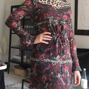 Rigtig fin kjole i blomster og leopard print med bindebånd i taljen 🌸🐆 Kan dampes inden afsendelse.