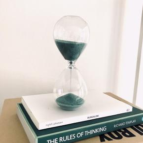Timeglas med turkis sand. Dekorativ og praktisk.