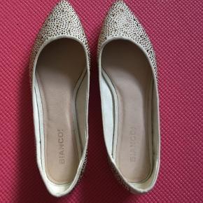 Super fine sko. Behagelige at have på. Kan desværre ikke passe dem længere. Kun brugt få gange. Se billede af bunden. Råhvid med guldsten. Bytter ikke.