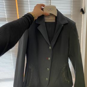 Super fin Animo stævne jakke, som er elastisk i stoffet. Næsten som ny uden skræmmer eller diverse.   Str I-40.  D-34  Svare til en xs
