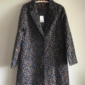 Varetype: Super flot frakke Farve: Leopard  Oprindelig pris 999,95 kr. Længde 88 cm Bytter ikke