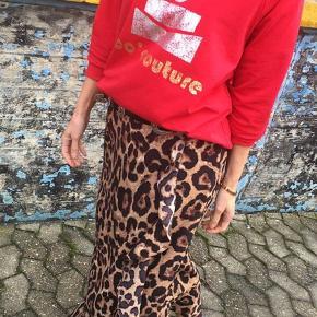 """Fin Co'Couture leo nederdel med flæse og bindebånd i farven """"black/leo"""".   Nederdelen er købt i januar, og har aldrig været brugt.  Nypris: 499,00 kr.  Bud er velkomne i kommentarfeltet:)"""