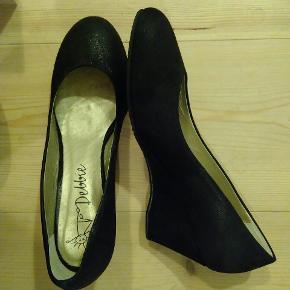 Skoene er kun brugt til prøveture i stuen. Jeg kan pga. problemer med det ene knæ ikke bruge dem. Sendes såfremt køber betaler porto