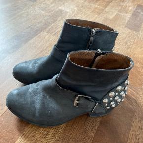 Støvler i skind med nitter bagpå
