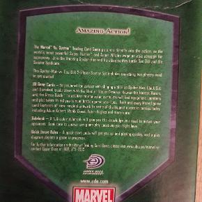 Super fedt Marvel kortspil med Spider-man og Doc Ock. Super flotte kort.   Marvel Trading Card Game Starter sæt til 2 spillere. Indeholder alt du skal bruge for at 2 kan spille mod hinanden. I alt 80 kort, spillemåtte og regelbog.   Passer også med andre spil fra VS System serien. Men de er ikke nødvendige for at spille startersættet.