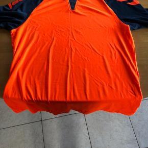 Fin Hummel trøje sælges den er stort set ikke brugt max 2 gange da den ikke faldt i mandens smag. Sælges for 150kr. Den kan medbringes til Esbjerg ved lejlighed